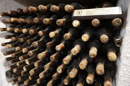 Fľaše uskladnené vo výklenkoch vínnej pivnice - aj s menovkou