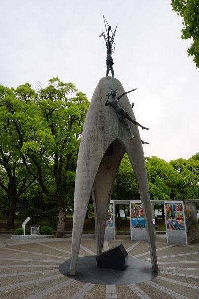 Detský memoriál v Hirošime - na jeho vrchole stojí Sadako s origami žeriavom