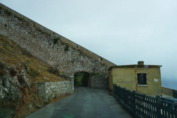 Časť opevnenia na Skale - niektoré sekcie pochádzajú ešte z čias, keď Gibraltáru vládli Maurovia