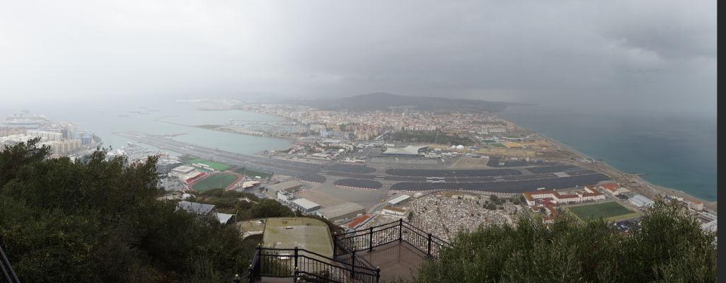 Gibraltárske letisko pri pohľadu zo Skaly - za ním je už Španielsko