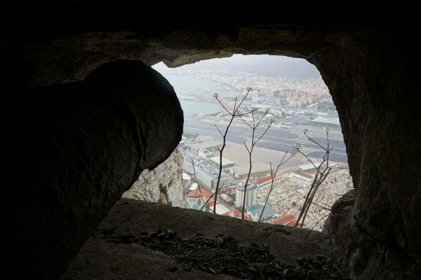 Kasematy (obranné tunely) v skale na Gibraltári - tam, kde je dnes letisko, bola počas Veľkého obliehania španielska armáda