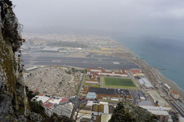 Kasematy (obranné tunely) v skale na Gibraltári - z tzv. Okna (The Window) môžete vidieť východné pobrežie Gibraltáru a letisko (a za ním Španielsko)