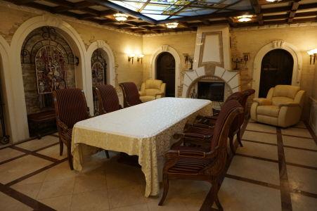 Jedna z menších miestností, v ktorej prebiehajú ochutnávky vína