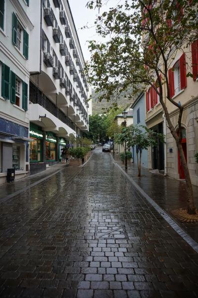 Library Street (Knižničná ulica) na Gibraltári - uličky mesta sú úzke, keďže miesta nie je na rozdávanie