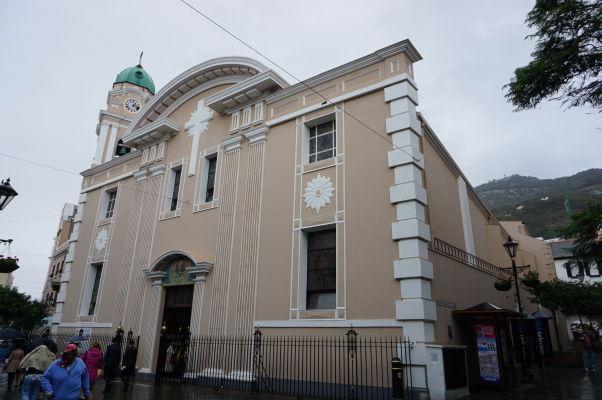 Katolícka Katedrála Korunovanej Panny Márie - najstarší kostol v meste (15. storočie) stojí na Main Street