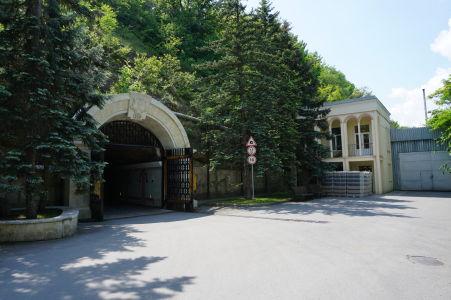 Vjazd do podzemných pivníc v Cricove
