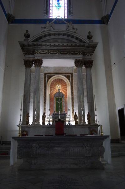 Katolícka Katedrála Korunovanej Panny Márie na Gibraltári - hlavný oltár je klasicistický