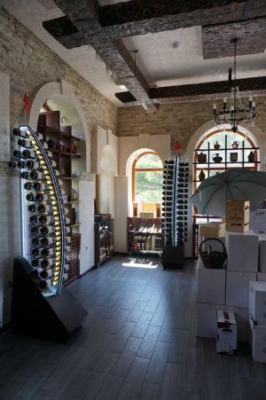 Obchod s vínom v Cricove má štýlový dizajn