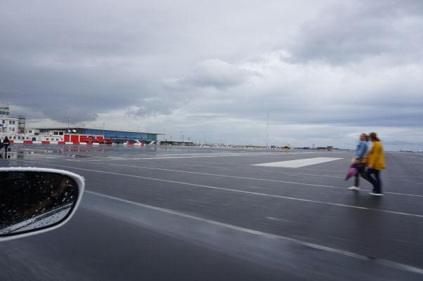 Prejazd cez pristávaciu dráhu na Gibraltári - v diaľke vľavo vidieť terminál, hneď vedľa je potom colnica a hraničný prechod. Ako vidíte, je možné tadiaľto prejsť aj pešo
