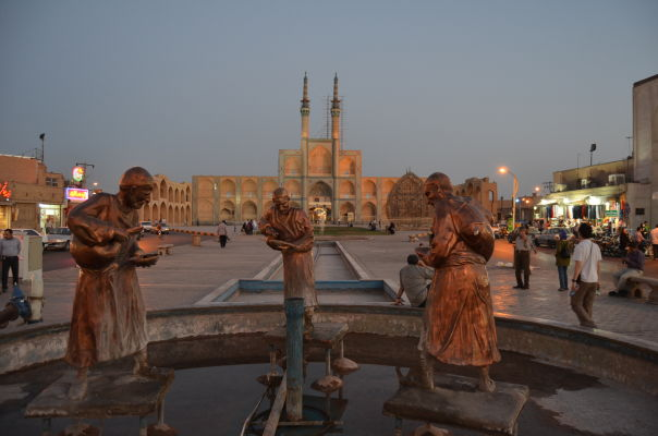 Fontána na námestí Salman-e-Farsi, v pozadí Komplex Amira Chakhmaqa v Yazde