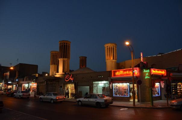 Veterné veže, typické pre Yazd, na námestí Salman-e-Farsi