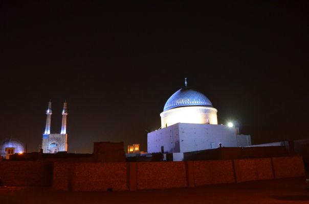 Komplex Piatkovej mešity (Masjid-e Jame) v Yazde v noci