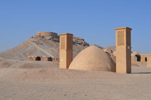 V pozadí Veža mlčania neďaleko Yazdu, v popredí stará podzemná cisterna (vodná nádrž) s chladiacimi veternými vežami