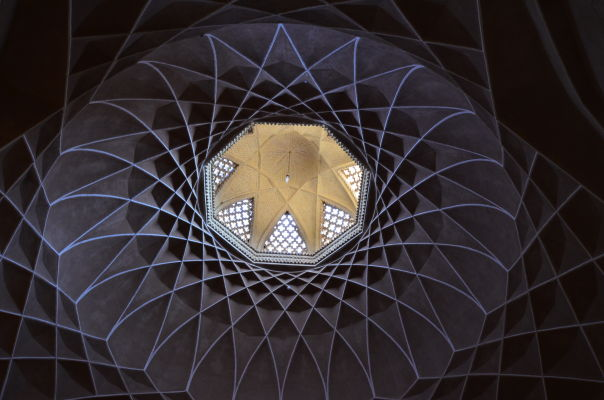 Záhrada Dolat Abad v Yazde - zaujímavo dekorovaná kupola v hlavnej budove