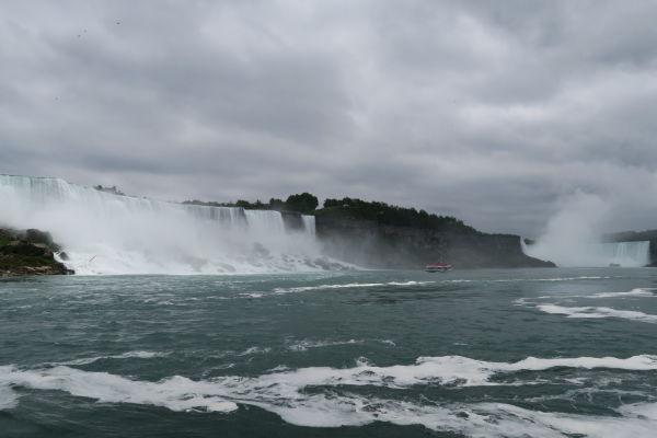 Pohľad na všetky Niagarské vodopády z lode na rieke vytekajúcej pod nimi - zľava Americký vodopád (American Falls), Nevestin závoj (Bridal Veil Falls) a vpravo vodopád Podkova (Horseshoe Falls)