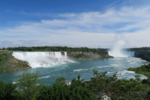 Pohľad na všetky Niagarské vodopády z kanadskej strany - zľava Americký vodopád (American Falls), Nevestin závoj (Bridal Veil Falls) a vpravo vodopád Podkova (Horseshoe Falls)