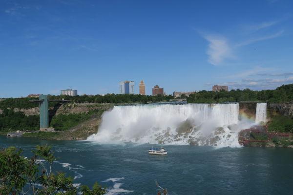Americký vodopád (American Falls) v strede a malý Nevestin závoj (Bridal Veil Falls) vpravo sú súčasťou Niagarských vodopádov - pohľad z kanadskej strany, vľavo vidieť vyhliadkovú plošinu na americkej strane