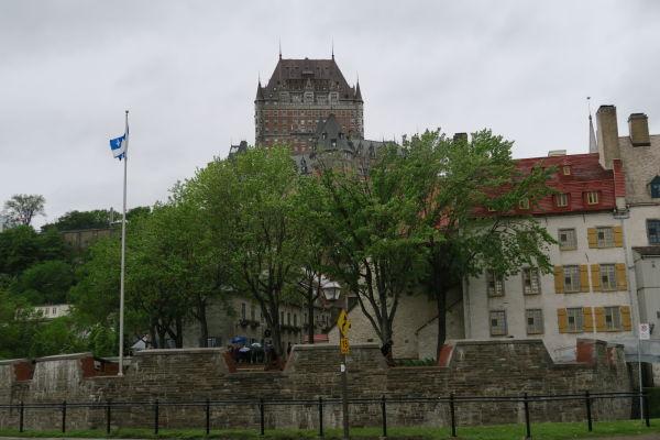 Hotel Le Château Frontenac v Québecu pri pohľade z dolnej časti mesta (Basse-Ville)