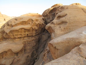 Pohľad na oblúk Džebel Umm Fruth zboku