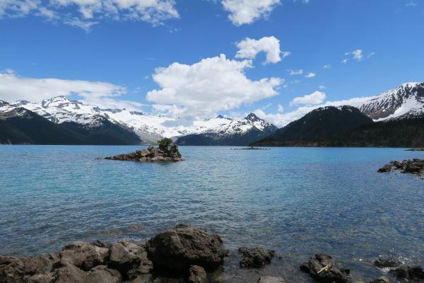 Jazero Garibaldi v provinčnom parku Garibaldi v Britskej Kolumbii v Kanade - v pozadí zasnežené horské štíty parku, v popredí ostrovy Battleship Islands