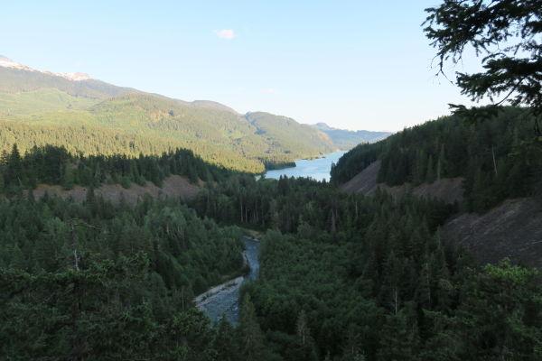 Pohľad od vodopádu Brandywine Falls na jazero Daisy Lake v Britskej Kolumbii v Kanade