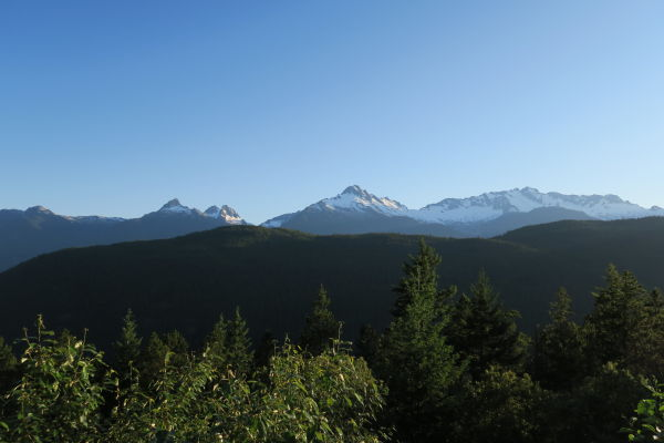 Výhľad od vodopádu Brandywine Falls na okolité štíty v Britskej Kolumbii v Kanade