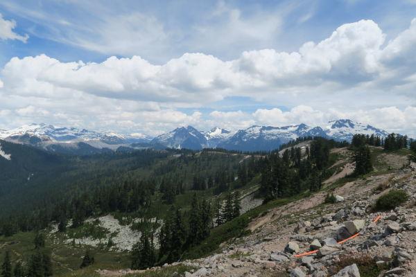 Výhľad na okolité hory Provinčného parku Garibaldi z treku k jazierkam Elfin Lakes