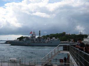 Trajekt v Istanbule - V prístave kotvia i vojnské lode