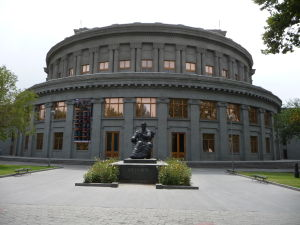 Jerevanská opera a socha Arama Chačaturiana