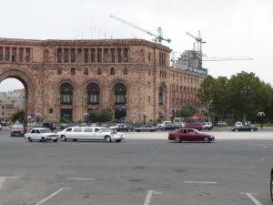 Jerevanská svadba - Nevesta bude v Lade alebo v tom druhom bielom aute?