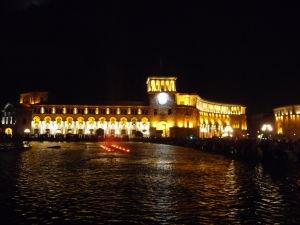 Námestie republiky - Budova vlády Arménskej republiky v noci