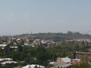 Pohľad na Cicernakaberd so Športovou halou a Pamätníkom arménskej genocídy