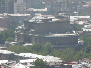 Jerevanská opera pri pohľade od sochy Matky Arménie