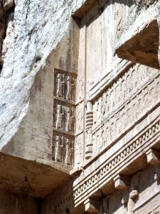 Reliéfy na jednej z hrobiek