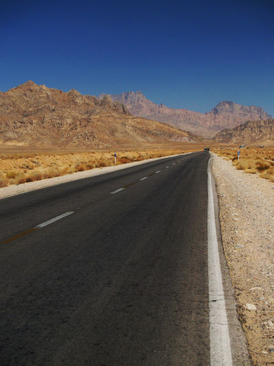Cesta do Yazdu v púšti pomedzi hory