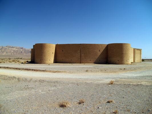 Karavanseraj v púšti neďaleko Yazdu