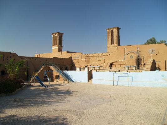 Uličky a veterné veže starého Yazdu neďaleko Piatkovej mešity (Masjid-e Jame)