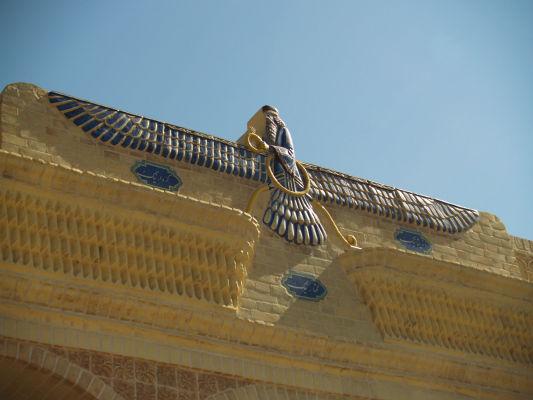 Farvahár na Chráme ohňa v Yazde - typický zoroastriánsky symbol symbolizujúci dobro