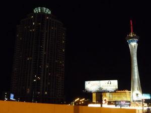 Veža Stratosphere v noci