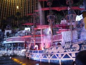 Pirátska show pred hotelom Treasure Island (Ostrov pokladu)