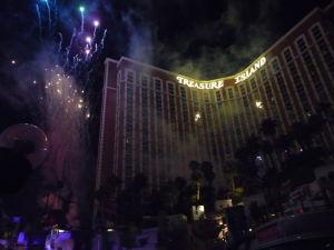 Pirátska show pred hotelom Treasure Island je zakončená ohňostrojom