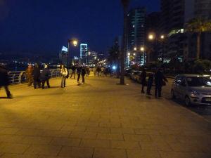 Promenáda Corniche v noci
