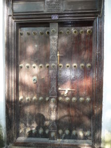 Jedny z ozdobných dverí v Kamennom meste