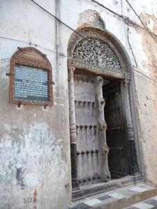 Jedny z ozdobných dverí v Kamennom meste. Otvára sa len pravé krídlo.