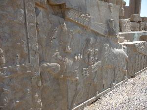 Reliéf znázorňujúci leva požierajúceho býka - tradičný zoroastriánsky symbol pre príchod nového roku (Nowruz)