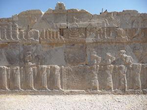 Reliéf na paláci Tačara - V strede zoroastriánsky symbol faravahar