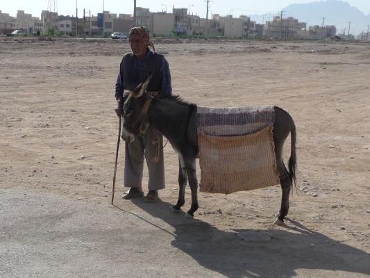 Miestny obyvateľ neďaleko Veží mlčania v Yazde ochotne pózuje pre zahraničných turistov