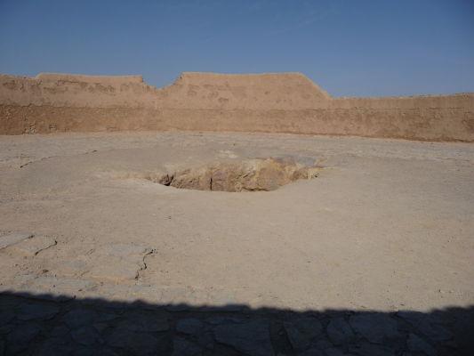 Vnútro Veže mlčania v Yazde - diera uprostred slúžila na uloženie tela, kde ho potom zožrali supy