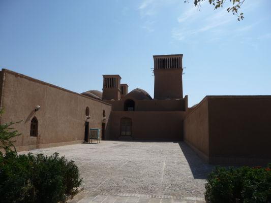 Chladiace veterné veže v záhrade Dolat Abad v Yazde