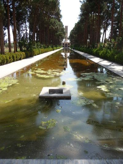 Záhrada Dolat Abad v Yazde - vodná nádrž a vzadu hlavná budova s chladiacou veternou vežou